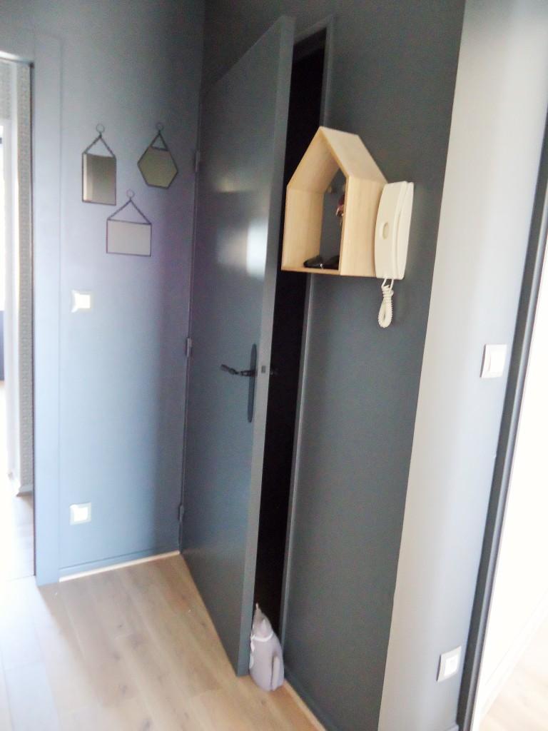 Une entrée et un couloir contrastés - Home by Marie