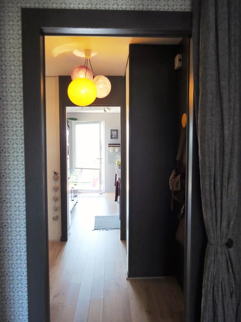 Une entr e et un couloir contrast s home by marie - Decorer une porte de placard ...