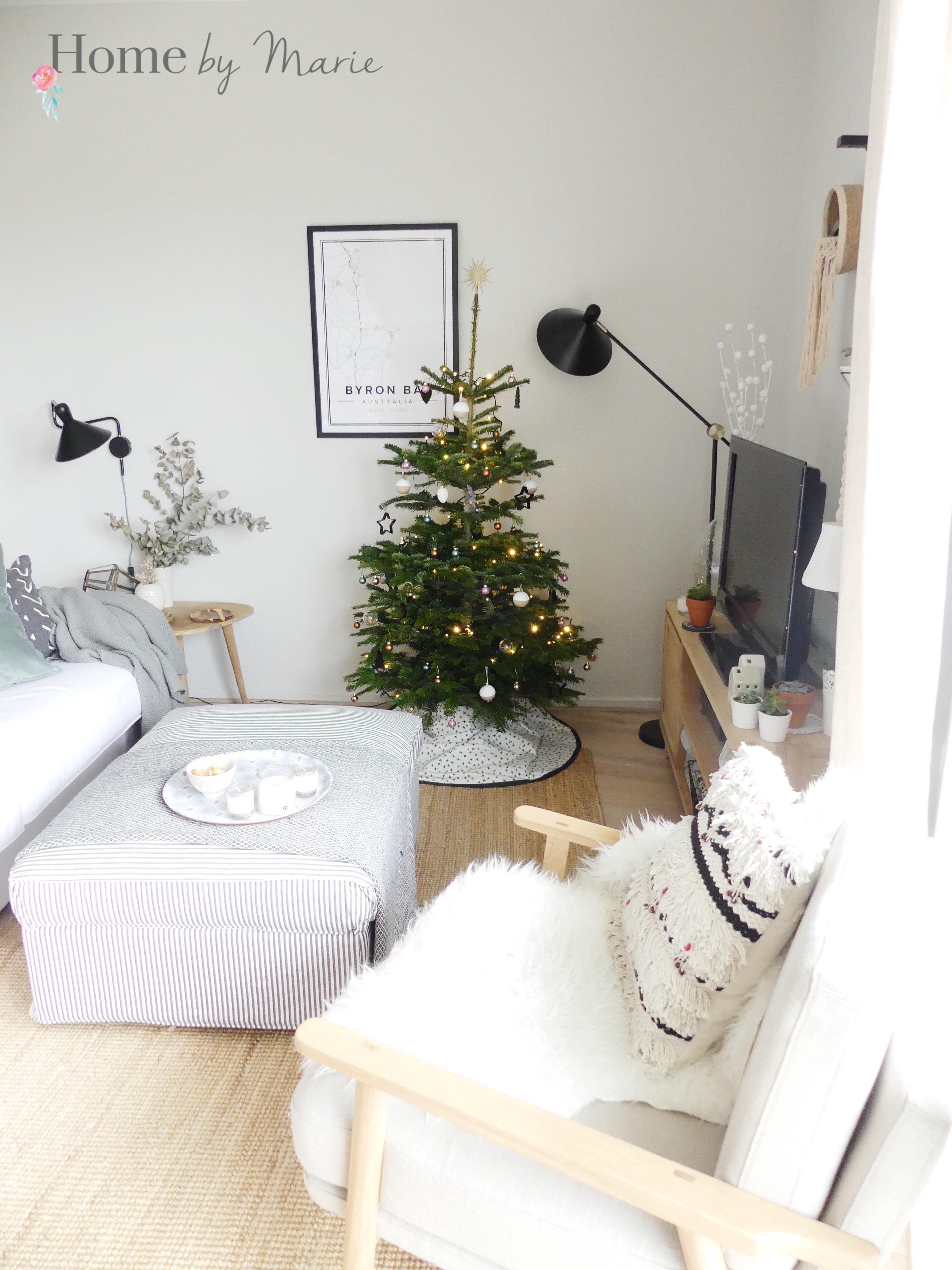 deco pied de sapin sapin de noel decoration de boules de noel rose bleues violettes vertes et. Black Bedroom Furniture Sets. Home Design Ideas
